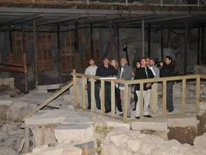 Mereka begitu bangga dengan hasil kerja mereka (gambar di bawah Masjid)